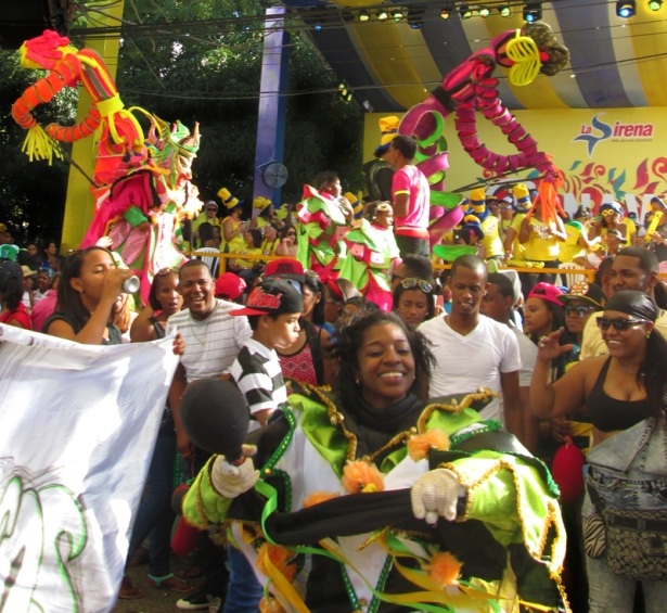 The crowd jubilantly cheers on a female diabla cajuela armed with her vejiga. Photo by José Germosén