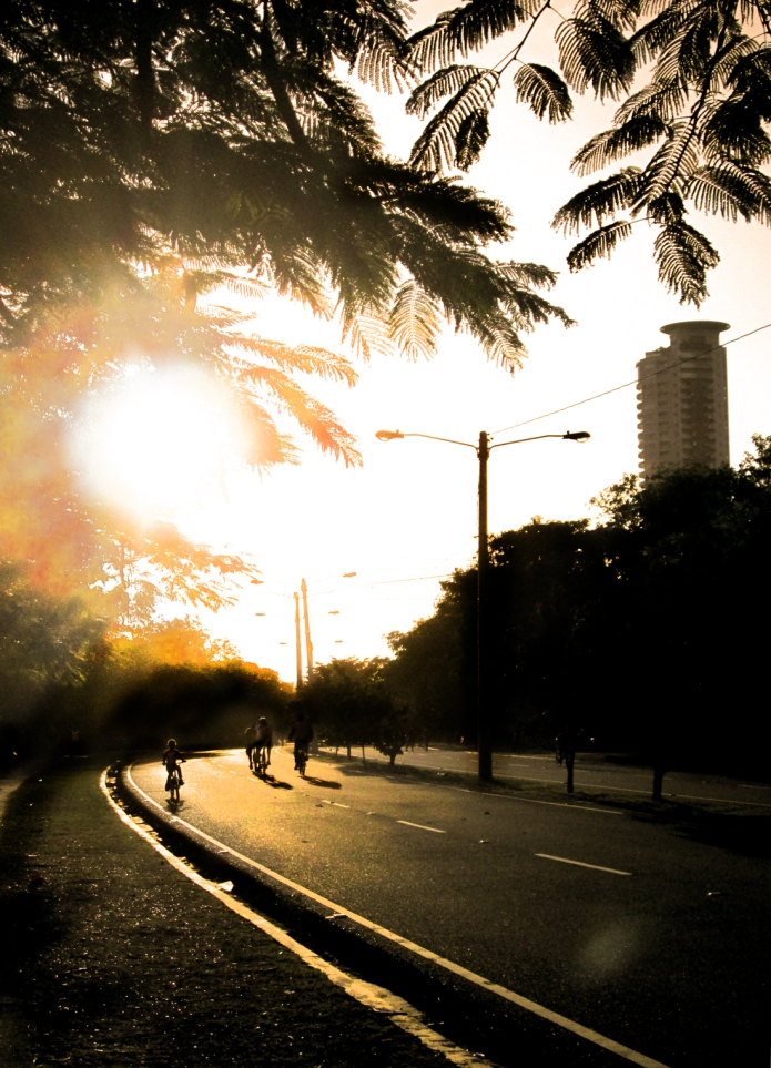 Sunset on the Avenida Mirador Sur. El Caney, the towering luxury building where luminaries such as Sammy Sosa have bought apartments, looms in the background. Photo by José Germosen